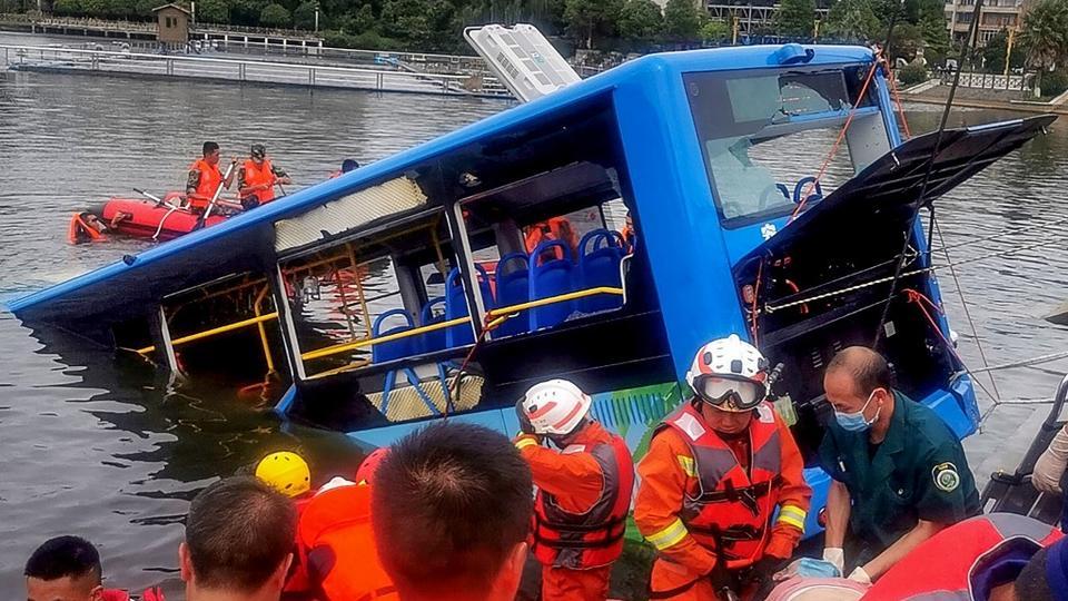 Vidéo : le chauffeur précipite volontairement son bus dans un lac et fait 21 morts