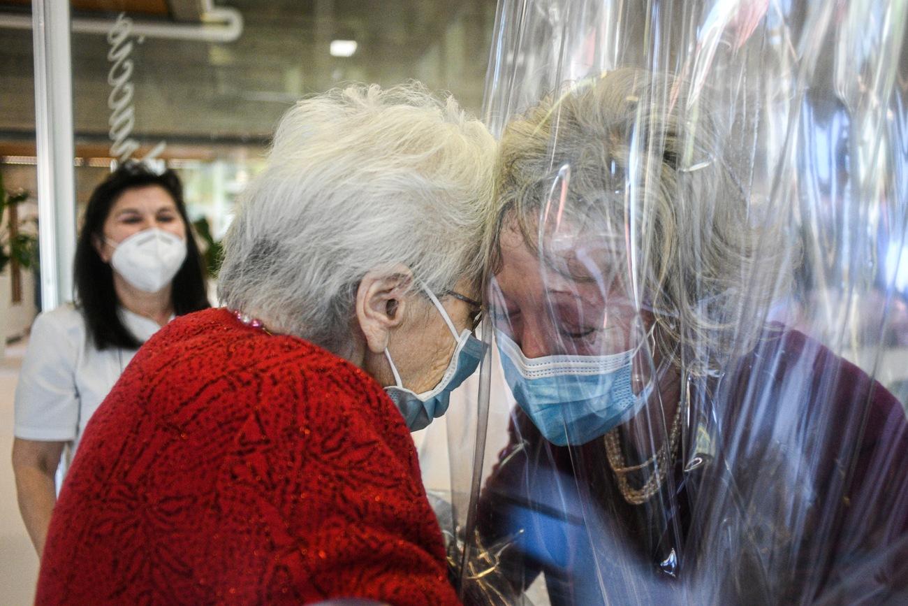 Italie : une maison de retraite crée une «salle de câlins anti-Covid»