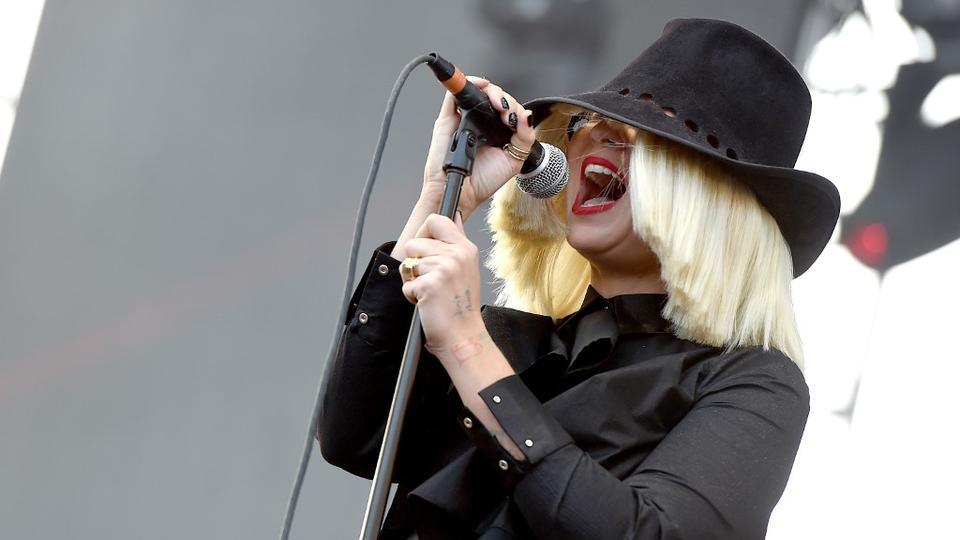 La chanteuse Sia est devenue mère et grand-mère en l'espace d'un an