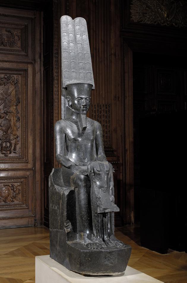 1._le_dieu_amon_protege_toutankhamon_1336_-_1327_av._j.-c._diorite_departement_des_antiquites_egyptiennes_c_musee_du_louvre_dist._rmn-gp.jpg