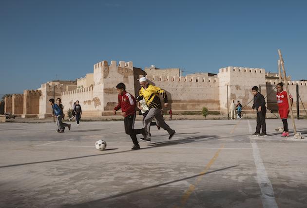 joseph_ouechen_grand-pere_jouant_au_foot_avec_des_enfants_taroudant_maroc_2018.jpg