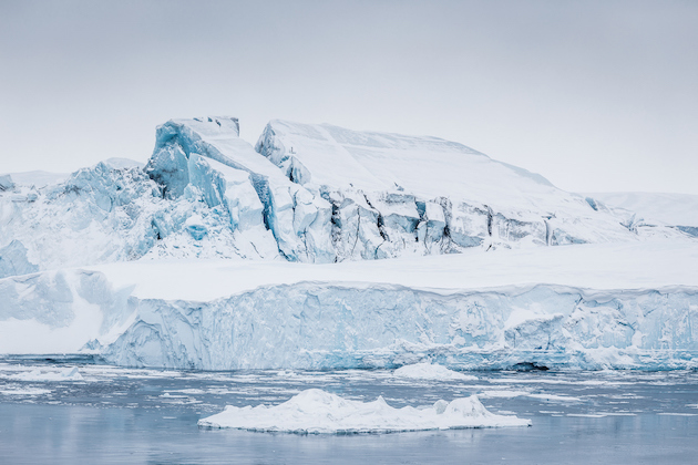 massive_iceberg_grounded_at_the_mouth_of_ilulissat_icefjord_photo_by_samuel_letecheur_-_visit_greenland_5d5eaab4f33e3.jpg