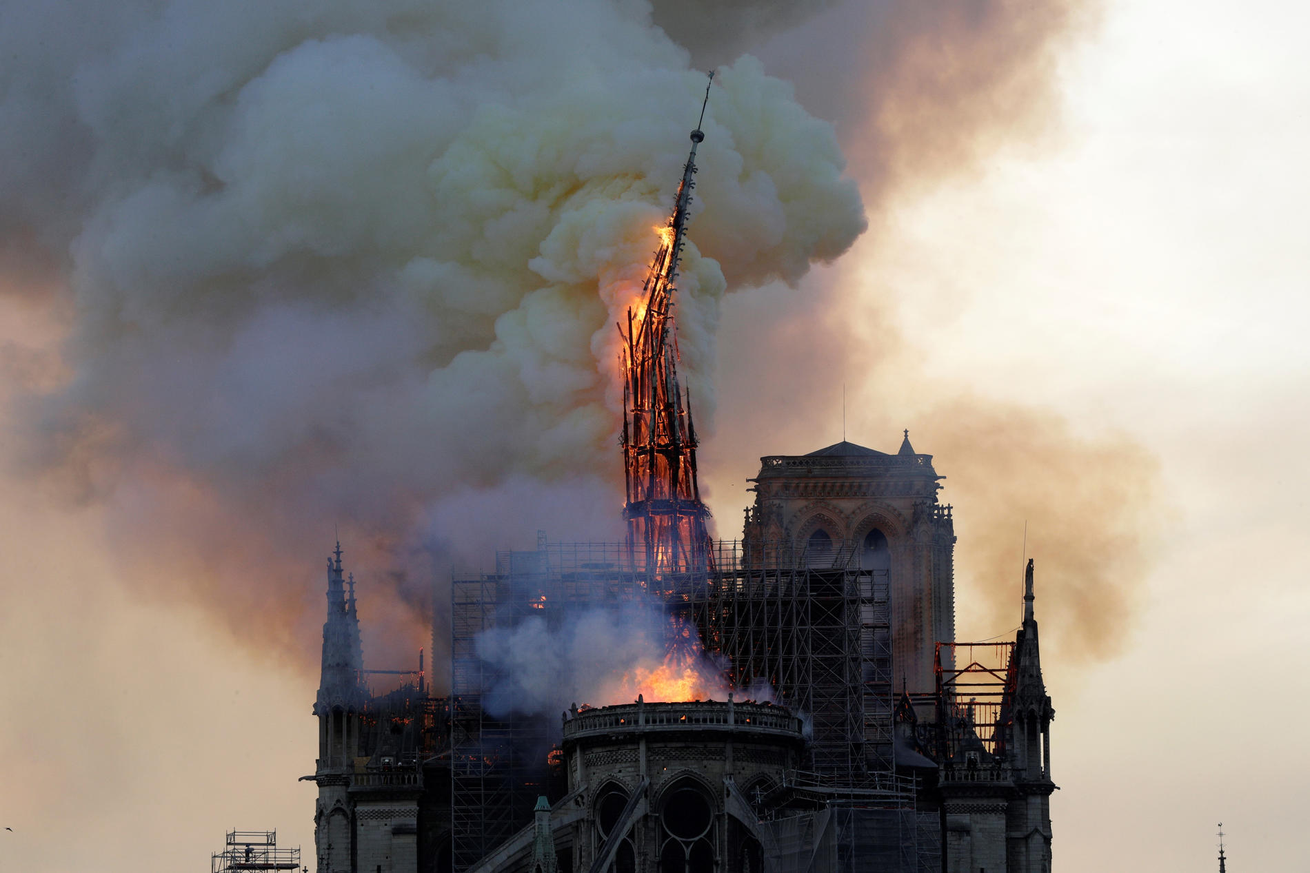 La flèche de Notre-Dame s'est effondrée après avoir brûlé.
