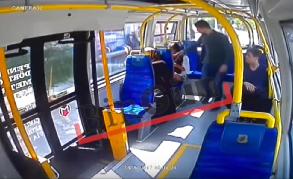 Le Un Parce Bus Pendant Short Portait Dans Giflée Ramadan Qu'elle L4R35Aqcj