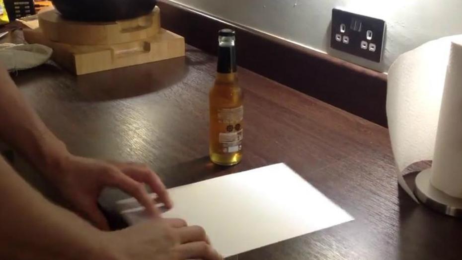 Voici l'astuce à connaitre pour décapsuler une bouteille avec du papier