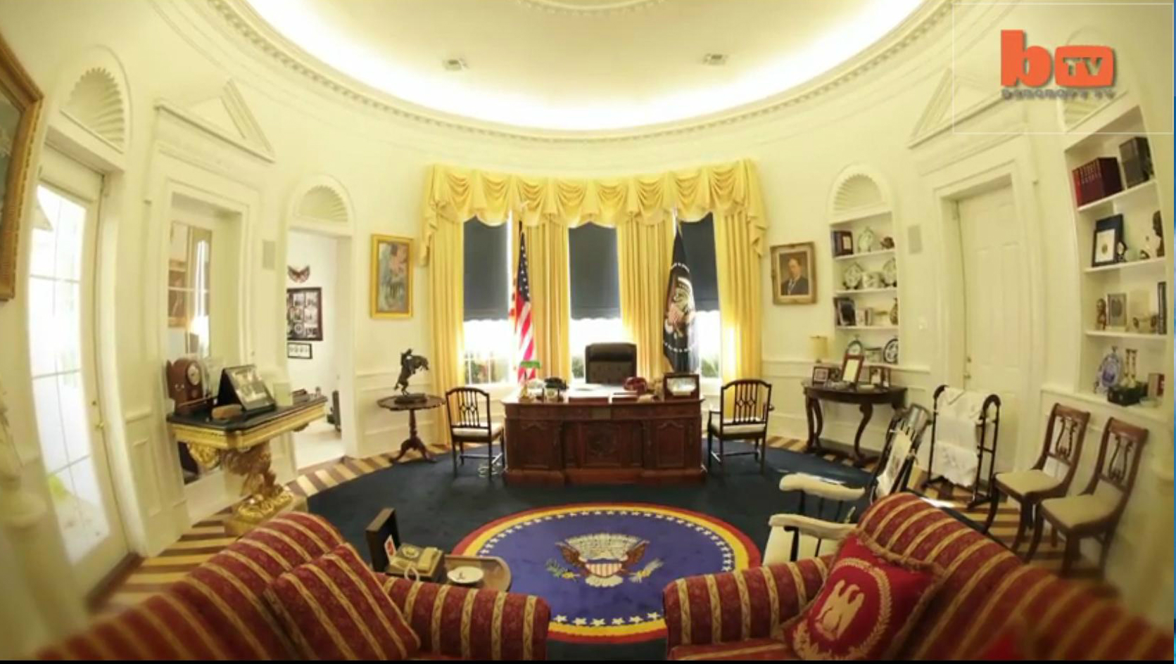 Mobilier bureau ovale maison blanche bureau maison blanche le pr sident donald trump dans le for Bureau ovale