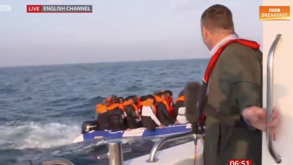 Un reporter se filme devant un bateau de migrants et fait polémique