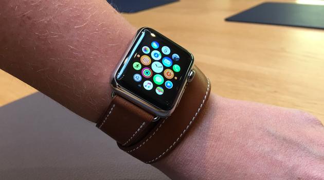 c7413ae5fc43 Si le modèle de l Apple Watch est le même que la version acier, celui-ci se  voit proposer divers bracelets en cuir préparés par les tanneurs d Hermès.