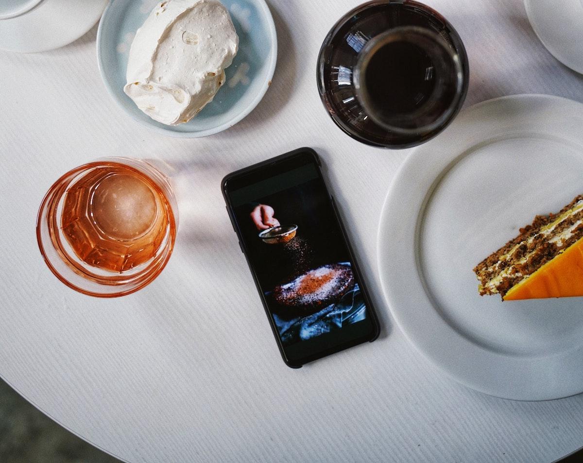 Le téléphone portable à table, source de conflit pour 68% des Français