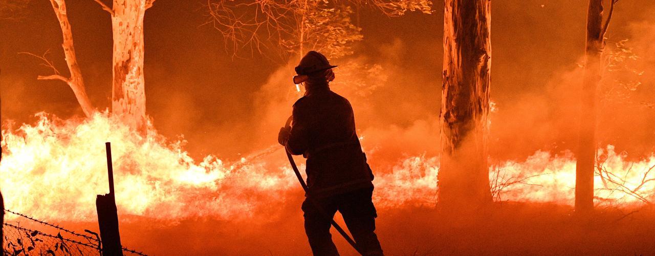 Un pompier tente d'éteindre les flammes dans l'état de la Nouvelle-Galles du Sud en Australie.