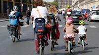 Une famille qui fait du vélo à Paris