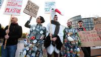 Des manifestants anti-plastique devant le Parlement européen
