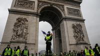 Des gilets jaunes près de l'Arc de Triomphe à Paris