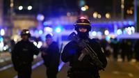 Des policiers après que le terroriste a été abattu