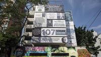 L'ancien immeuble de Pablo Escobar, à Medellin, est aujourd'hui recouvert d'affiches rendant hommage aux victimes du narcotrafic.