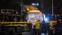 Quatre personnes, trois touristes vietnamiens et leur guide égyptien, ont été tuées vendredi 28 décembre dans l'attaque à la bombe de leur bus, près du site des Pyramides au Caire.