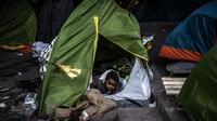 Chaque soir, 700 enfants dorment dans la rue avec leurs parents à Paris, selon les associations.