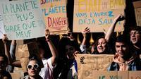 Des milliers de jeunes défilent à Paris pour le climat.