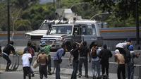 Selon des images diffusées sur des chaînes locales et étrangères, un véhicule blindé a foncé sur un groupe de militants de l'opposition qui manifestaient à Caracas