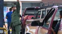 Les automobilistes font la queue pour obtenir de l'essence au Venezuela.