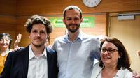 A ses côtés, Julien Bayou et Antoinette Guhl militent pour la campagne écologiste à Paris.