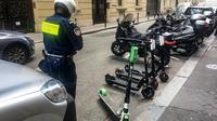 Depuis début juin, de nouvelles règles s'appliquent aux milliers de trottinettes électriques déposées à Paris.