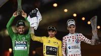 Le Tour de France 2019 s'est achevé ce dimanche, avec la victoire finale d'Egan Bernal (au centre), également maillot blanc du meilleur jeune. Peter Sagan (à gauche), a lui terminé maillot vert, et Romain Bardet (à droite) maillot blanc à pois rouges.