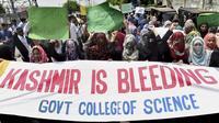 Des étudiants pakistanais protestent le 5 août à Lahore contre l'annonce de l'Inde de révoquer l'autonomie constitutionnelle du Cachemire indien, en proie à un conflit territorial avec le Pakistan depuis 70 ans. «Le Cachemire saigne», peut-on notamment lire sur leurs banderoles.