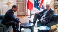 Une photo prise lors de la visite de Boris Johnson à l'Elysée, ce jeudi 22 août, montre le Premier ministre britannique le pied droit sur la table.
