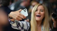 Les filles seraient plus touchées par l'addiction au smartphone.