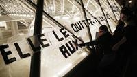 «Les colleuses» le 14 septembre sur la pyramide du Louvre.