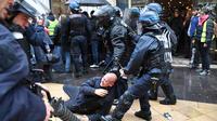 Des policiers le 16 novembre à Bordeaux pour le premier anniversaire des Gilets jaunes.
