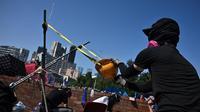 Les manifestants pro-démocratie utilisent notamment des catapultes qu'ils fabriquent avec ce qu'ils ont sous la main.