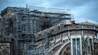 Les travaux ont commencé sur la cathédrale, afin de désincarcérer l'échafaudage calciné.