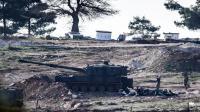 Un canon de l'armée turque bombarde les positions kurdes de l'autre côté de la frontière.