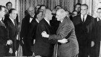 Le général de Gaulle (D) embrasse le chancelier allemand Konrad Adenauer (D) après la signature du traité de coopération franco-allemand le 22 janvier 1963 à l'Elysée. [ / AFP/Archives]
