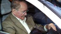 L'ancien ministre socialiste René Teulade quitte en voiture, le 14 février 2002, le pôle financier du palais de justice de Paris [Joel Saget / AFP/Archives]