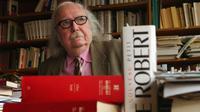 Alain Rey, directeur éditorial des Dictionnaires Le Robert, dans son bureau, le 18 février 2002 à Paris [Eric Feferberg / AFP/Archives]