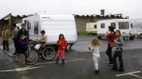 Les inscrire relève du parcours du combattant et les parents sont parfois réticents: cette année encore, des milliers d'enfants roms seront privés de rentrée des classes mais d'autres vont quitter mardi leurs bidonvilles et campements pour prendre le chemin de l'école.[AFP]