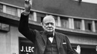 Photo non datée de Winston Churchill faisant le signe de la victoire [ / AFP/Archives]