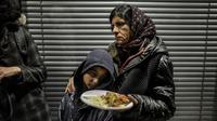 Des Roms, expulsés de leur campement, sont nourris le 3 avril 2013 devant le tribunal  administratif de Lyon alors qu'ils attendent une décision de la justice sur leur éventuellement relogement [Jeff Pachoud / AFP]