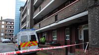 Des policiers devant la porte d'un immeuble au sud-est de Londres, le 23 mai 2013 [Carl Court / AFP/Archives]