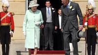 Le prince Philip (d) et la reine Elizabeth II, le 6 juin 2013 à Buckingham Palace à Londres [Anthony Devlin / Pool/AFP/Archives]
