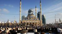 Des Tchétchènes musulmans réunis devant la grande mosquée de Grozny, le 26 janvier 2012 [ / AFP/Archives]