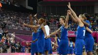 Les basketteuses de l'équipe de France, médaillées d'argent aux JO de Londres, salue le public à l'issue de la finale face aux Etats-Unis, le 11 août 2012. [Mark Ralston / AFP/Archives]