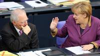 La chancelière allemande Angela Merkel et son ministre des Finances Wolfgang Schäuble au Bundestag à Berlin, le 20 novembre 2012 [Wolfgang Kumm / DPA/AFP/Archives]