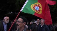 Un homme tient un drapeau portugais lors d'une manifestation contre les mesures d'austérité, le 15 décembre 2012 à Lisbonne [Henriques Da Cunha / AFP/Archives]