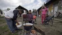 Une famille prépare le déjeuner avec les enfants, à Miskolc, en avril 2012 [Peter Kohalmi / AFP/Archives]