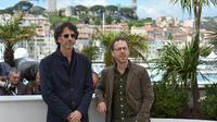 Les cinéastes Joel (c) et Ethan Coe, le 19 mai 2013 à Cannes [Alberto Pizzoli / AFP]
