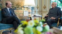 Photo fournie le 23 mai 2013 par la présidence italienne du ministre français de l'Economie Pierre Moscovici et du président italien Giorgio Napolitano [Paolo Giandotti / Présidence italienne/AFP]
